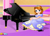Игра София играет на пианино