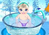 Игра Малышка Эльза купается