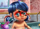 Игра Маленькая Леди Баг купается